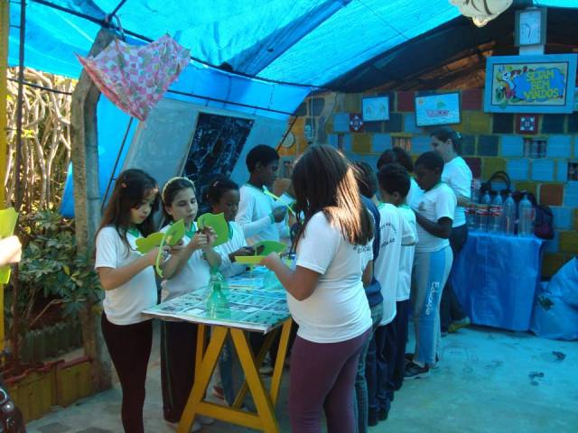 No dia 13 de maio ocorreu a oficina Pet-brinquedo com a oficineira Adriana para alunos da E. M. José Guarilha Júnior (Sebastiana), evento patrocinado pelo SESC.