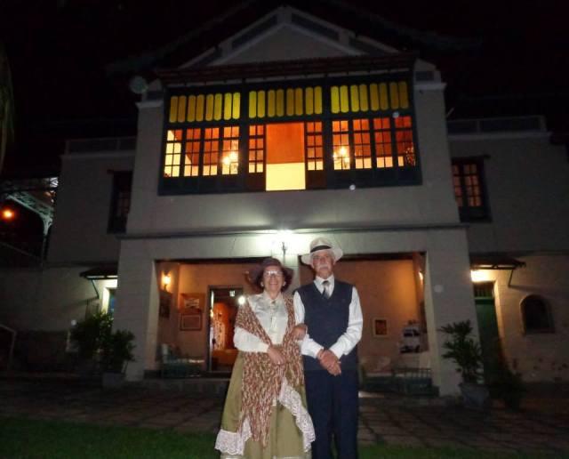 """No Dia Internacional dos Museus (18 de maio) o Sobrado recebeu convidados para visita noturna e o casal Lippi comemorou ao som da valsa """"Danúbio Azul""""."""