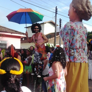 Xando Pernambuco (nas pernas-de-pau) e a boneca Dona Teresinha (2013).