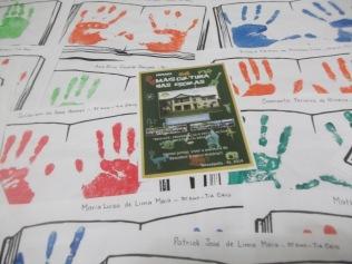 O 3º ano teve a impressão de suas mãos em páginas de livros para chamar a atenção para as mãos que fazem a História.