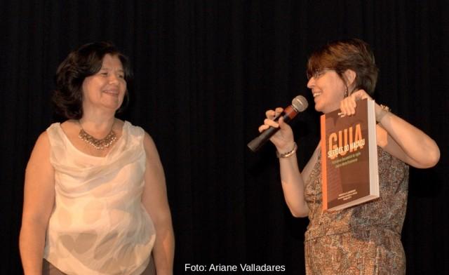 As autoras: a historiadora da Fundação Dom João VI, Maria Ana Quaglino (segurando um exemplar impresso do Guia) e a biblioteconomista Alcíria Araújo.
