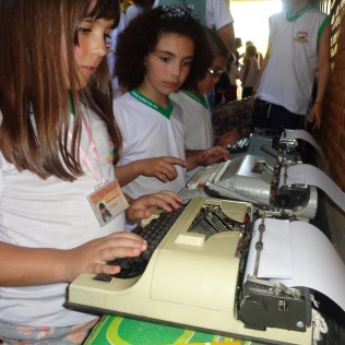 Vivência das máquinas de datilografar, escrita em pena e caneta tinteiro.