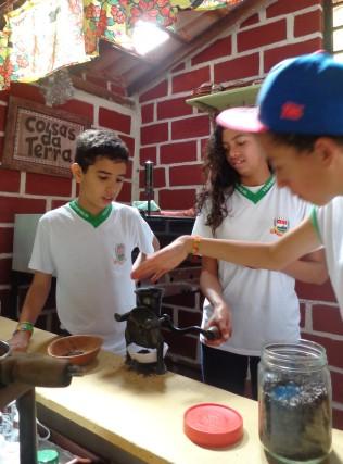 Vivência do café (moído e preparado na hora). Os alunos degustaram o café que ajudaram a preparar.